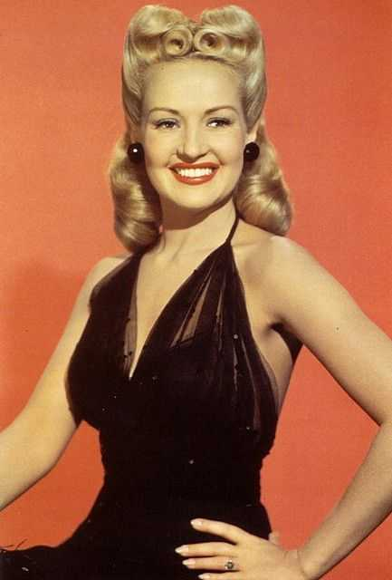 Betty Grable hot cleavage pics