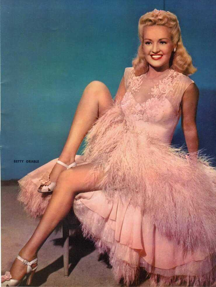 Betty Grable sexy cleavage pics