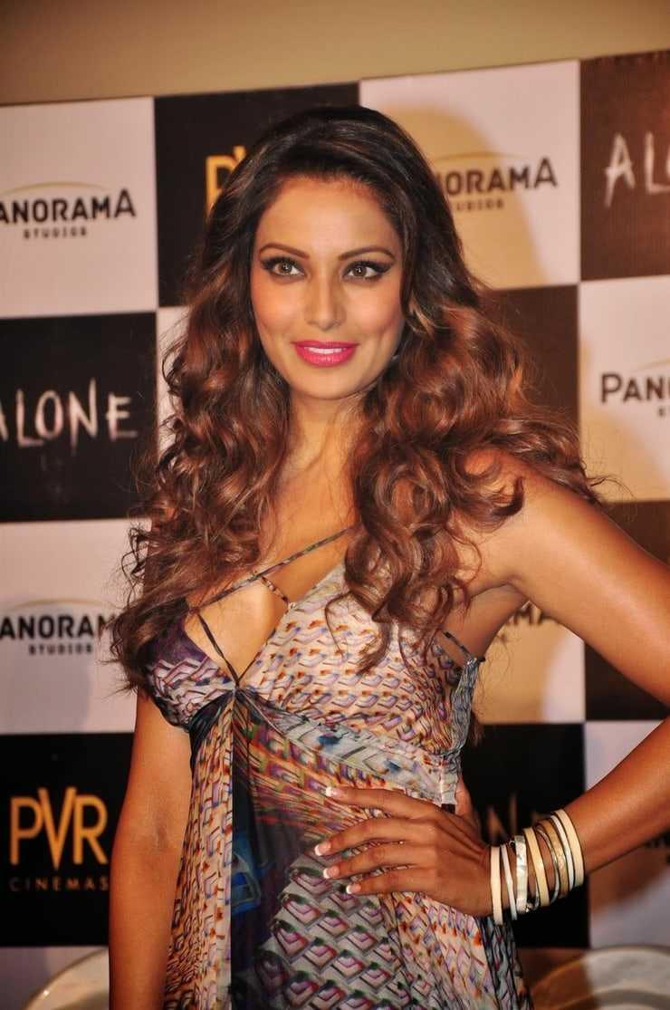Bipasha Basu big boobs pics