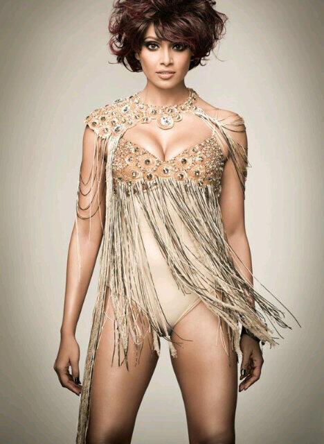 Bipasha Basu sexy cleavage pics