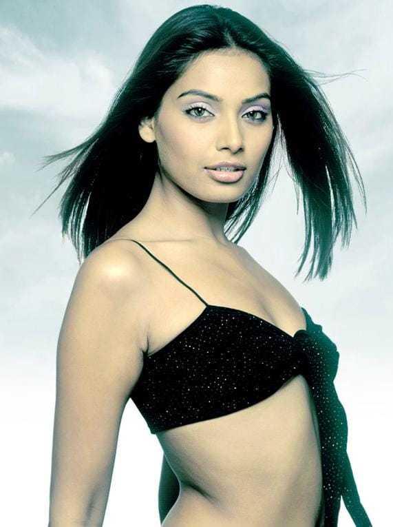 Bipasha Basu sexy side boobs pics