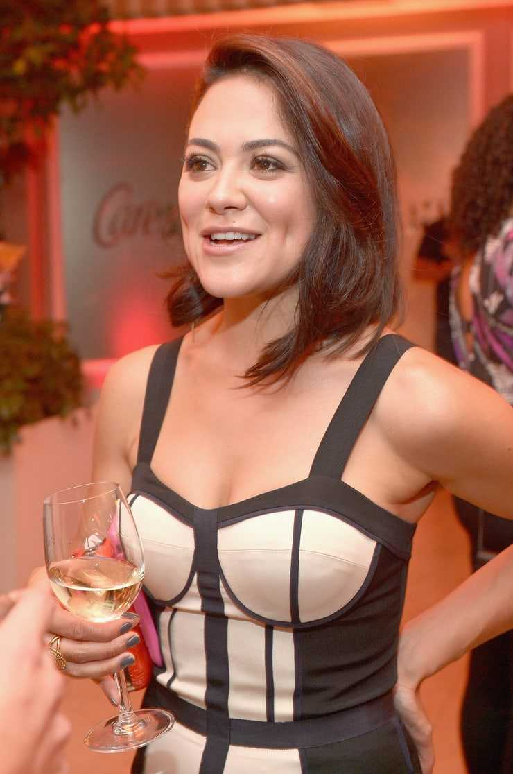 Camille Guaty cleavage pics (2)