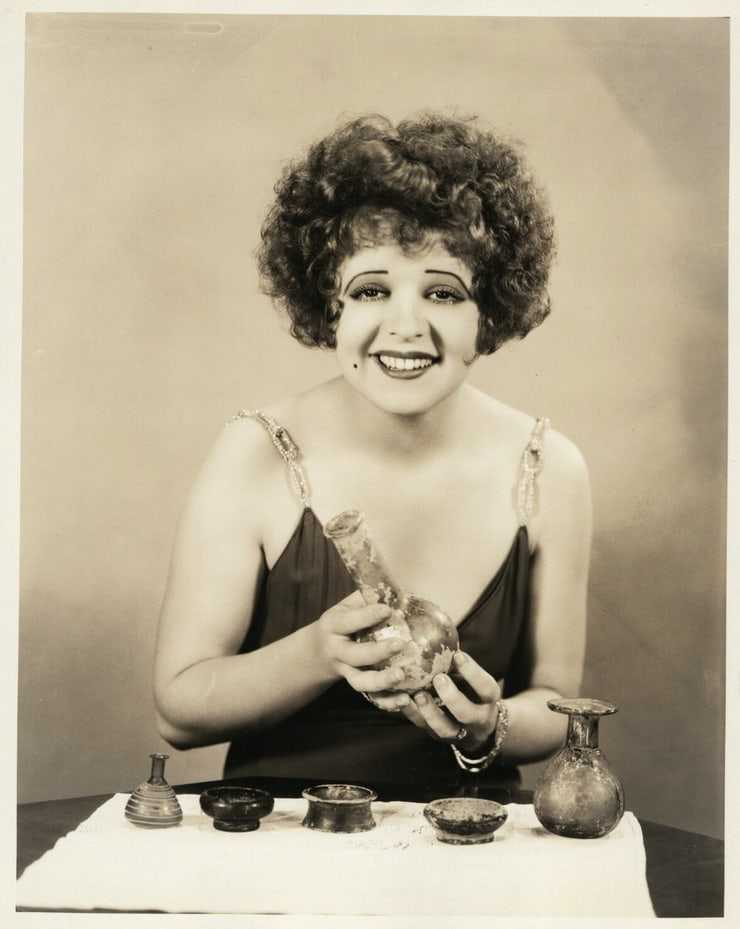 Clara Bow cleavage pics