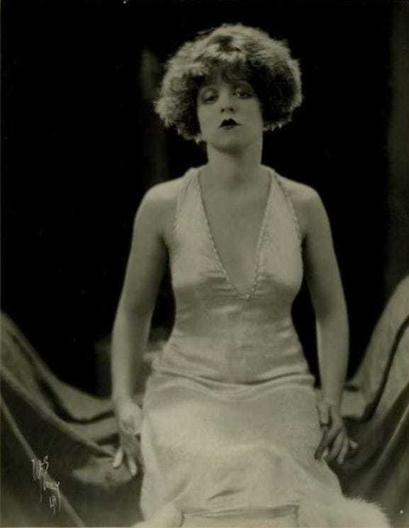 Clara Bow sexy cleavage pics