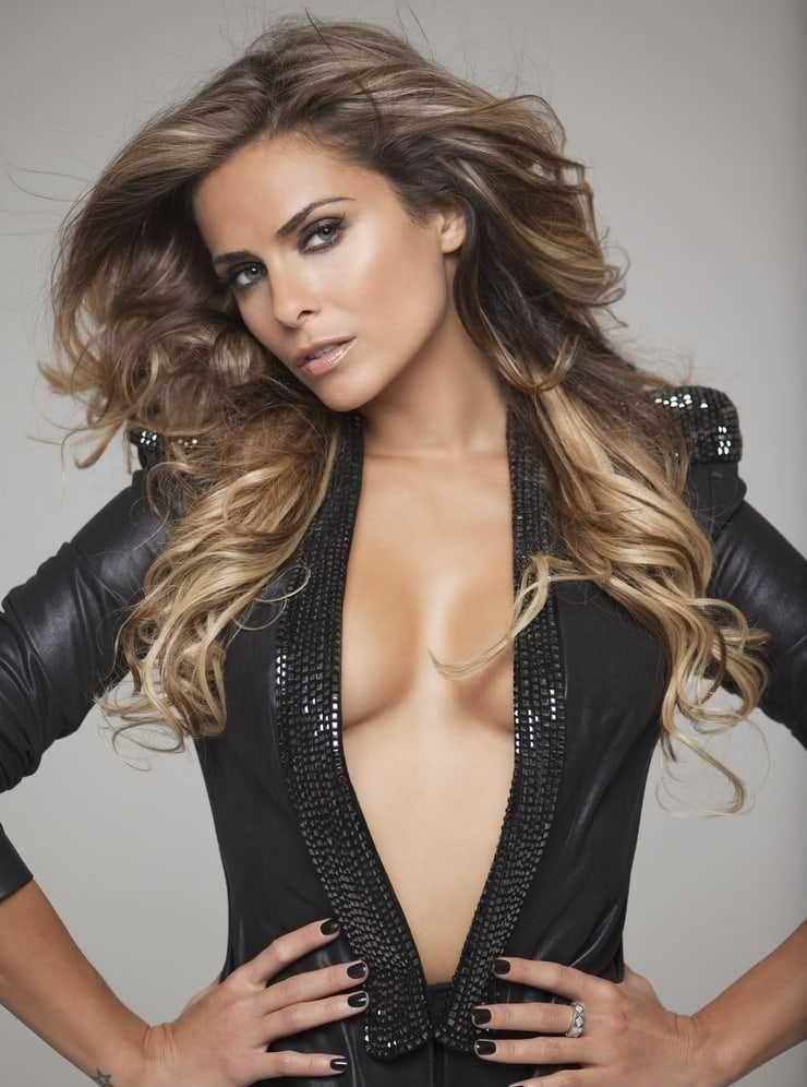 Clara Morgane cleavage pics