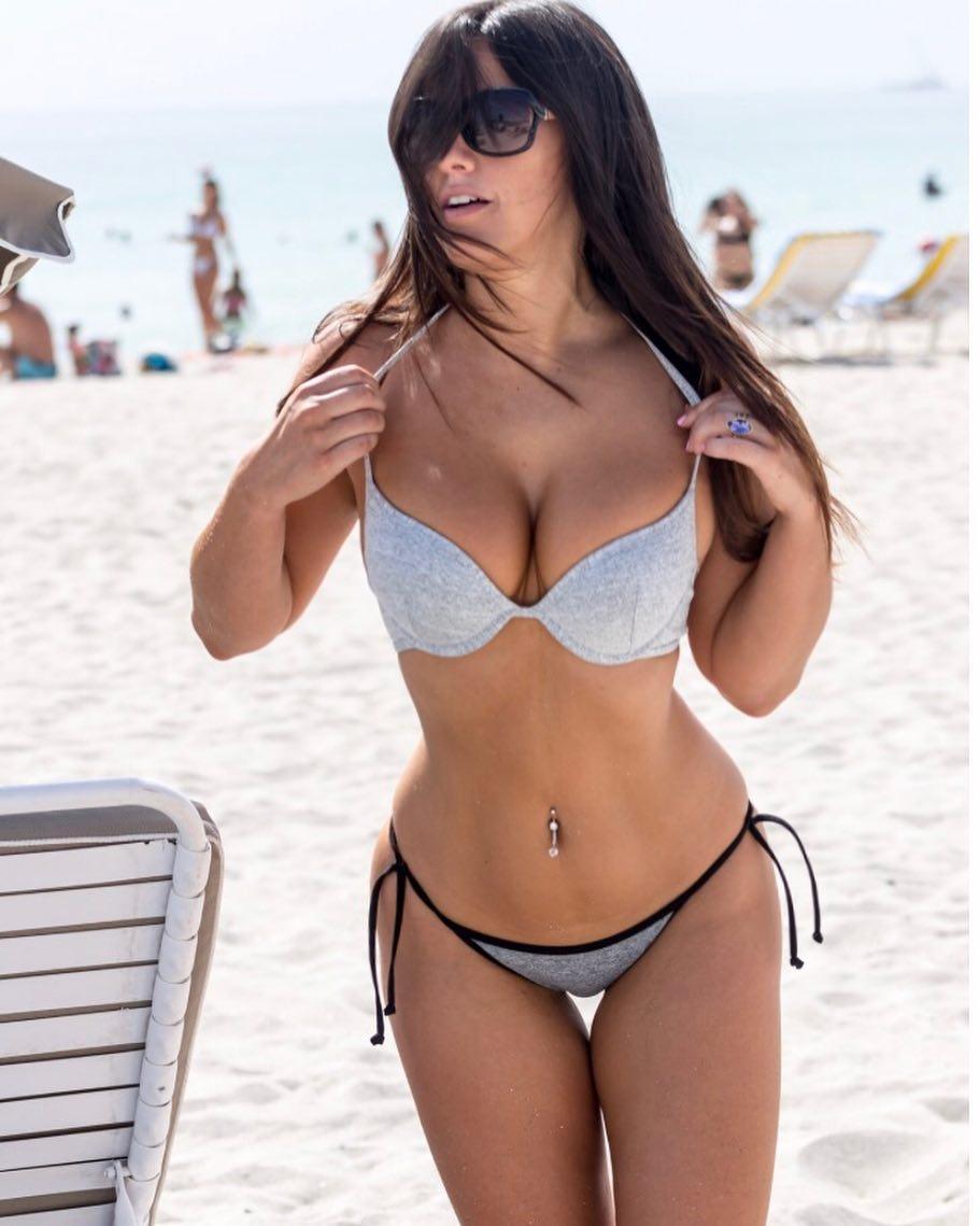 Claudia Romani sexy cleavage pics