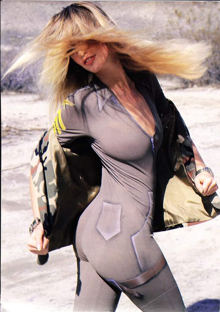 Claudia Schiffer booty pic