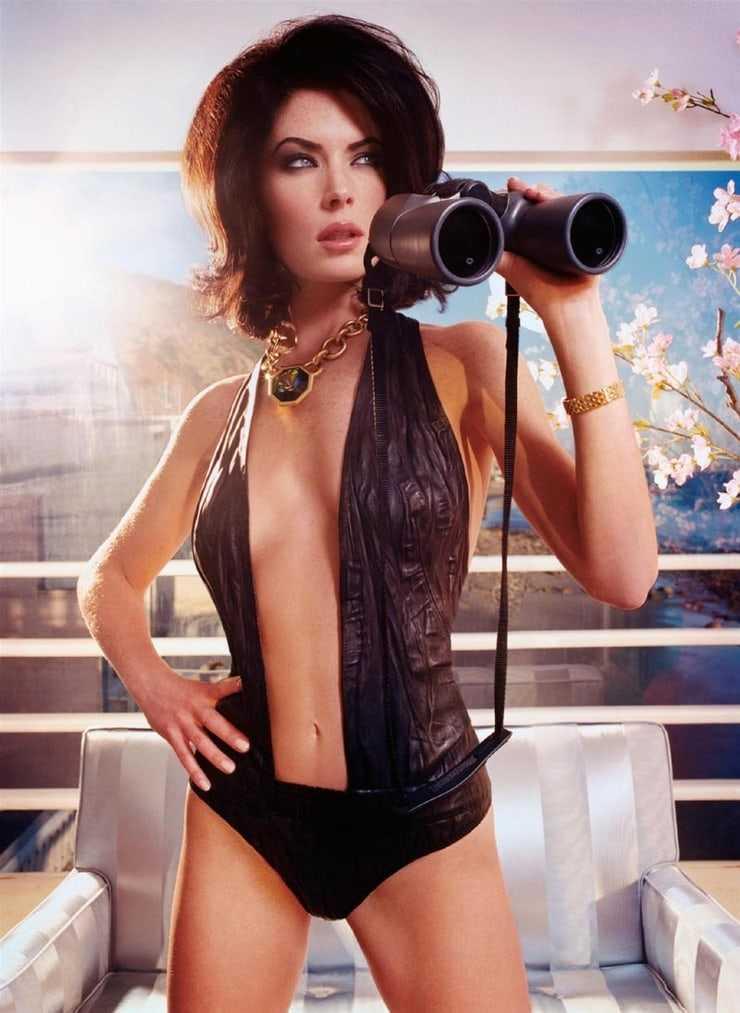 Lara Flynn Boyle sexy cleavage pics