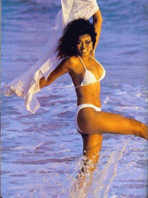 Lela Rochon sexy bikini pics