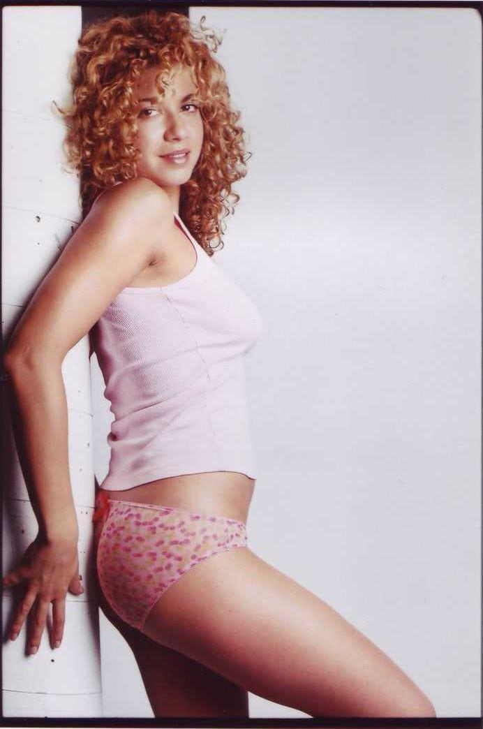 Luciana Carro sexy side boobs pics