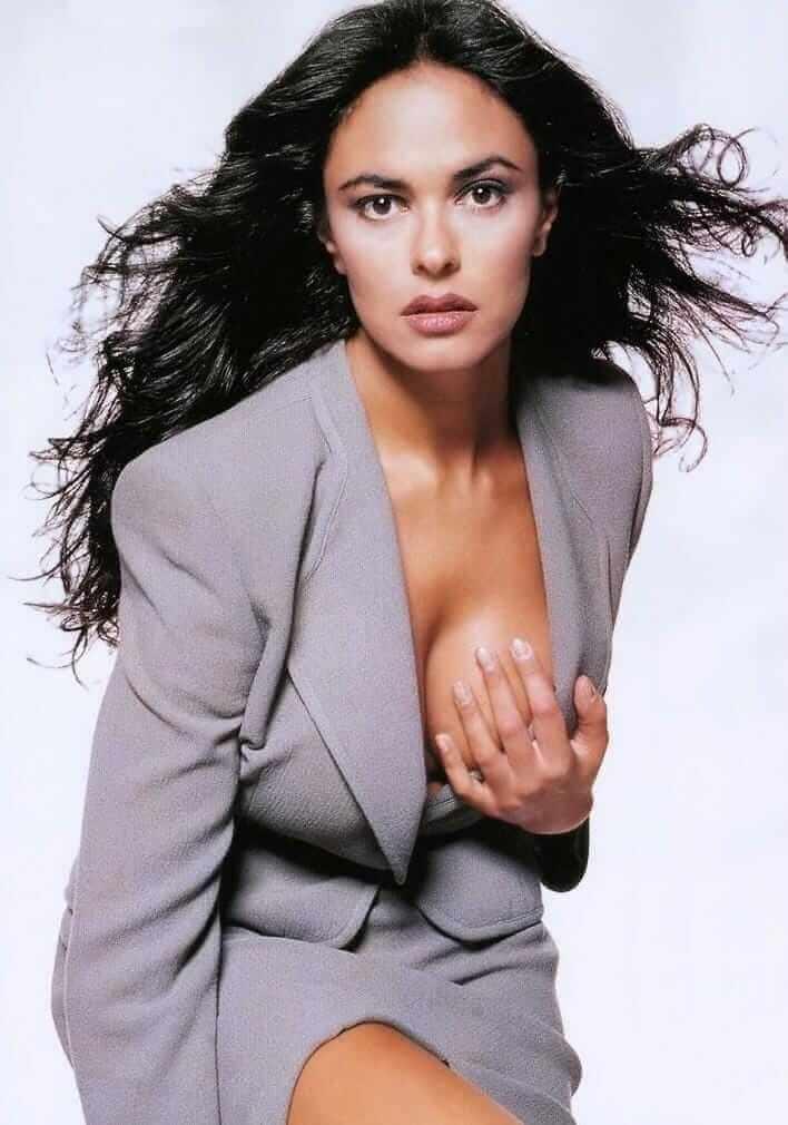 Maria Grazia Cucinotta hot side boobs pics