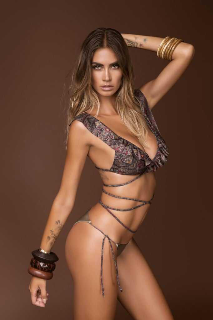 Melissa Satta sexy side boobs pics