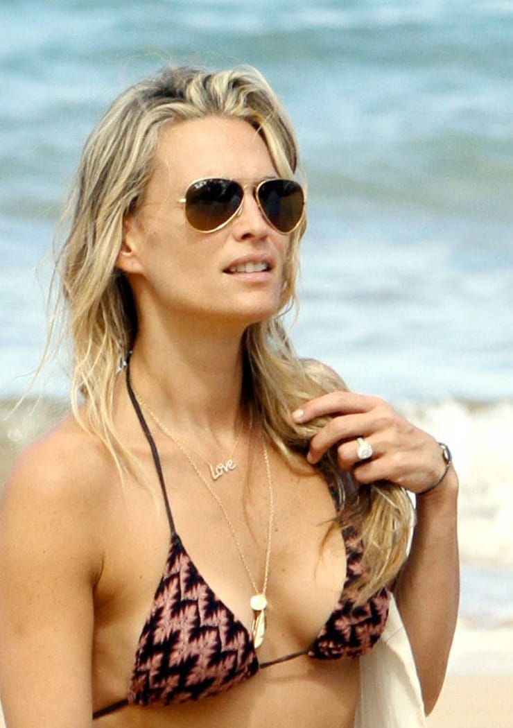 Molly Sims sexy cleavage pics