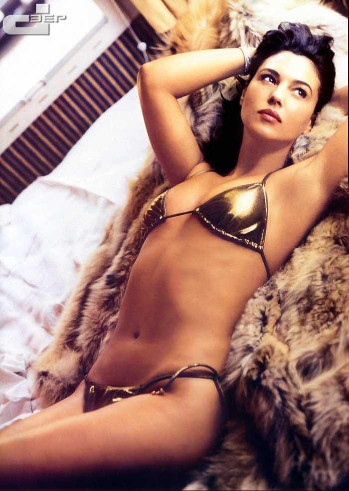 Monica Belucci sexy bikini pics