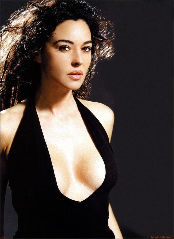 Monica Belucci sexy side boobs pics