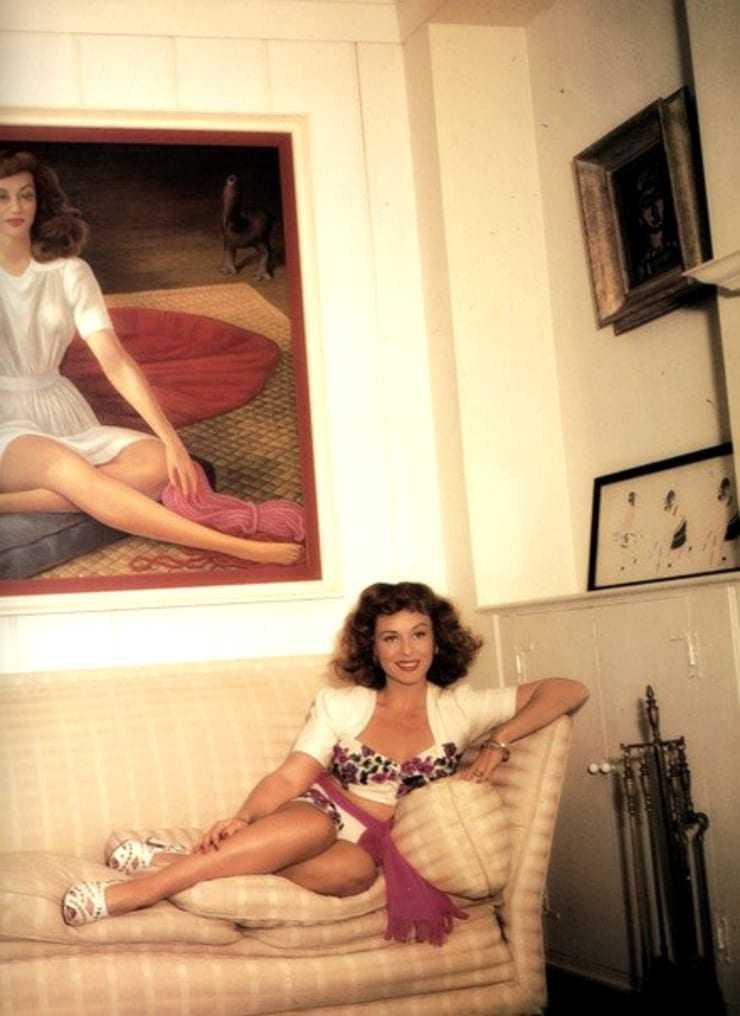 Paulette Goddard hot look pics
