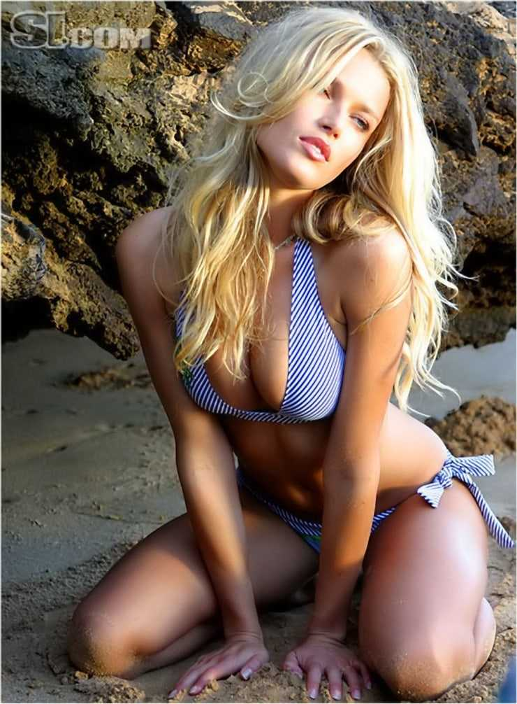 Veronica Varekova sexy cleavage pics