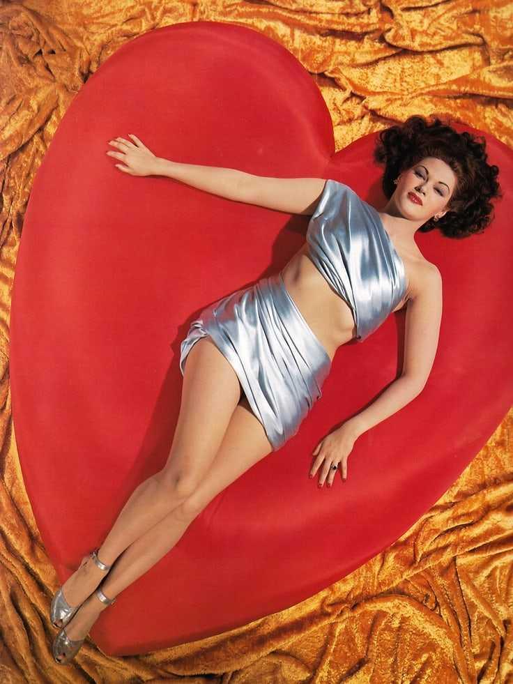 Yvonne De Carlo big busty pics