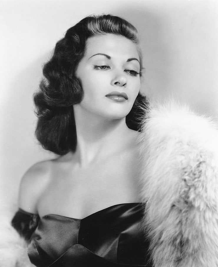 Yvonne De Carlo sexy look pictures