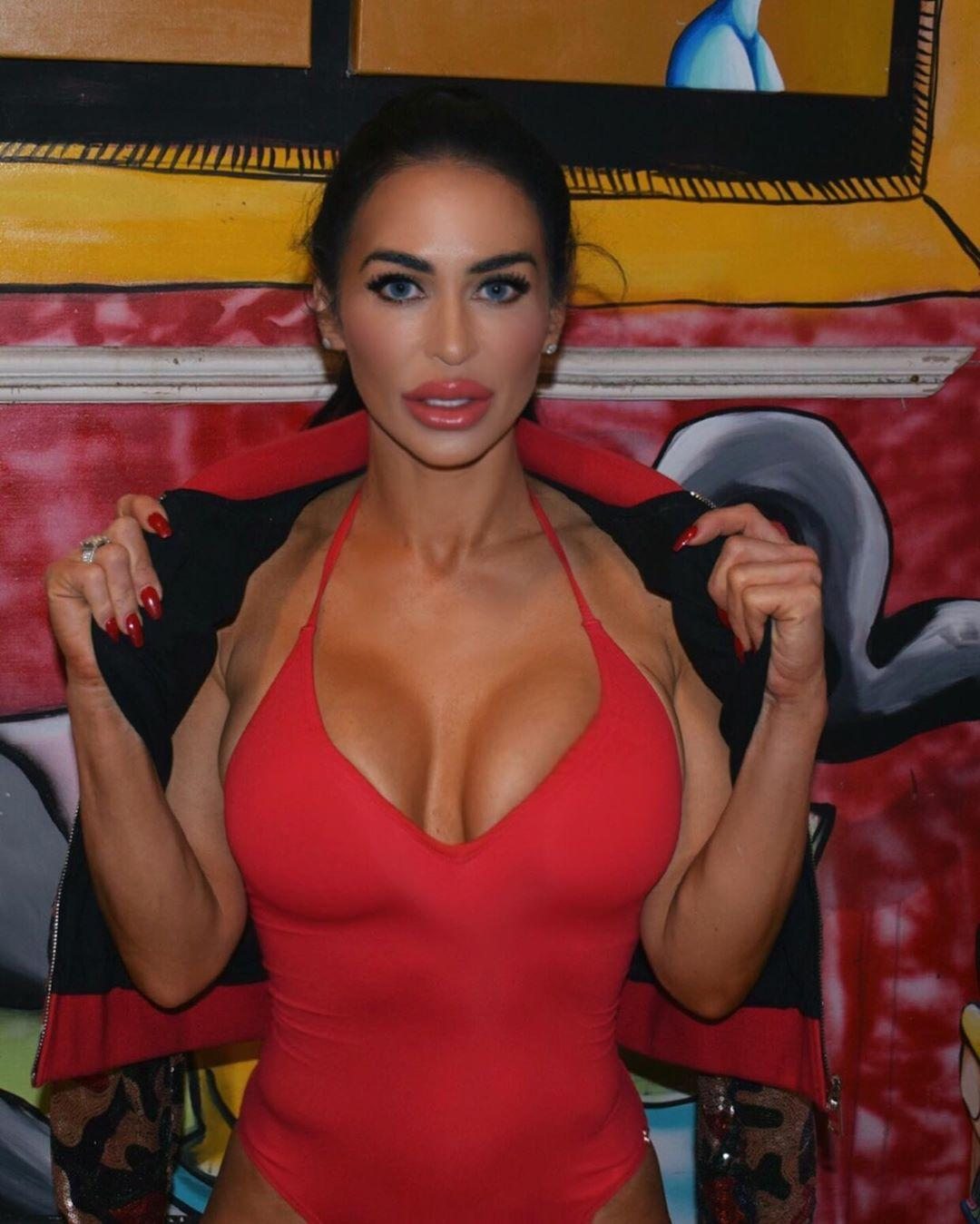 rochelle loewen big boobs