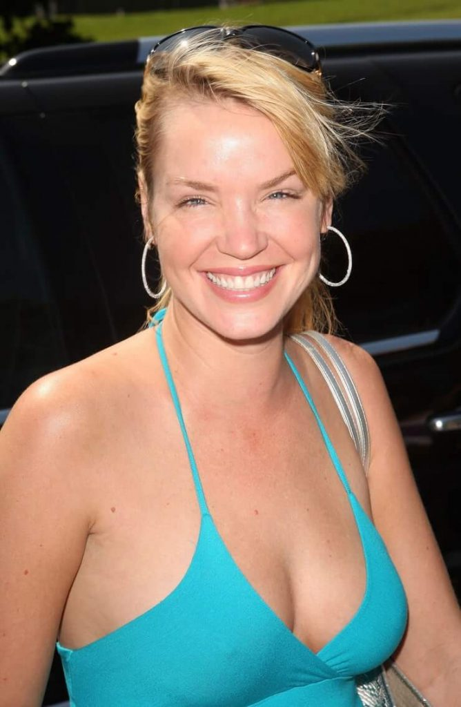 Ashley Scott cleavages pics