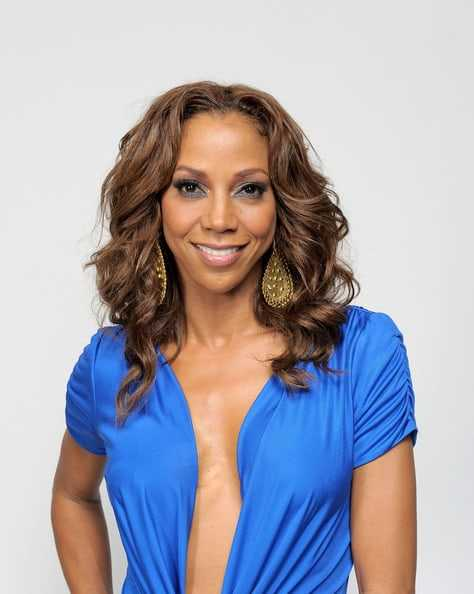 Holly Robinson Peete hot cleavage pics