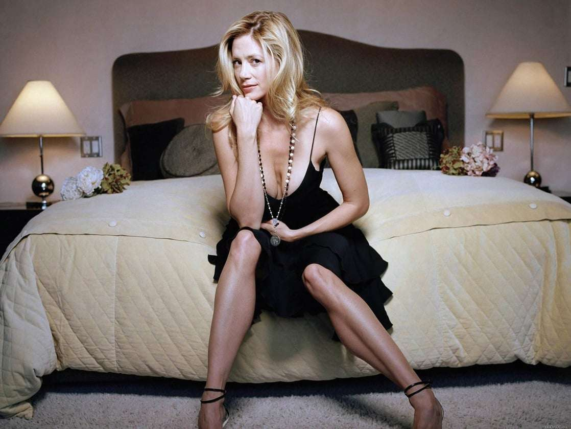 Mira Sorvino sexy legs pics