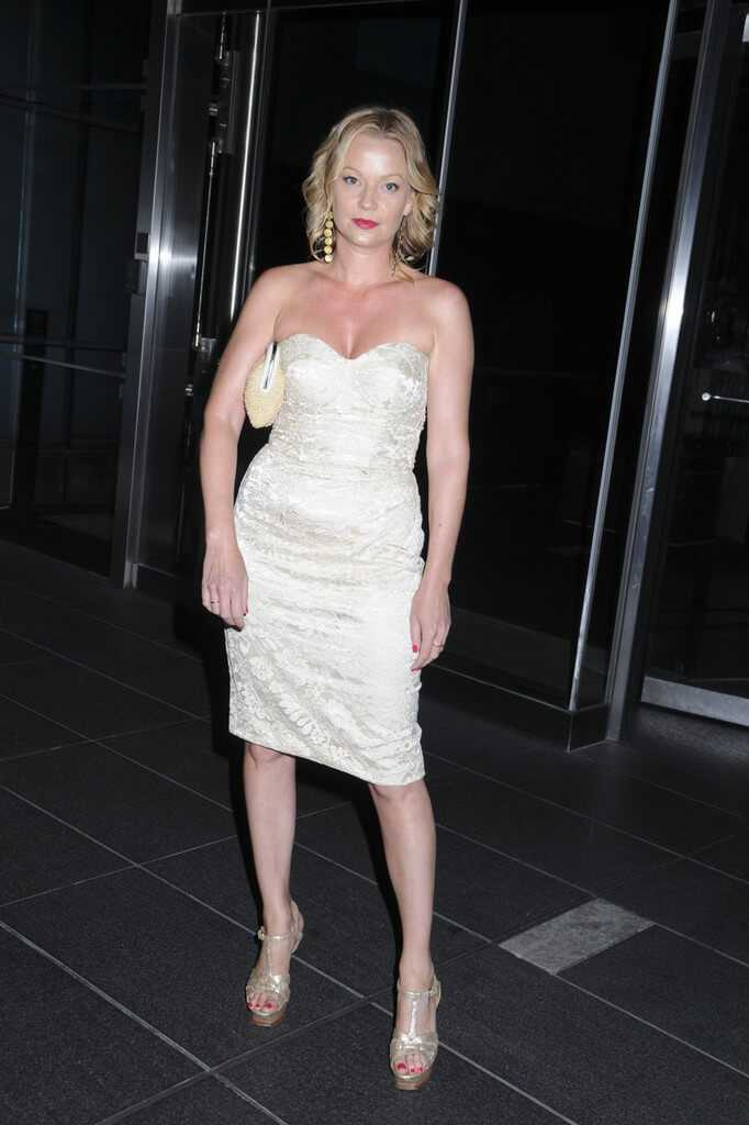Samantha Mathis cleavage pics (2)