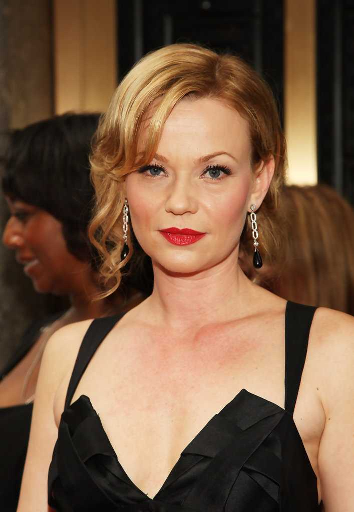 Samantha Mathis cleavage pics