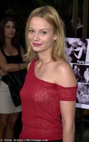 Samantha Mathis hot look pics
