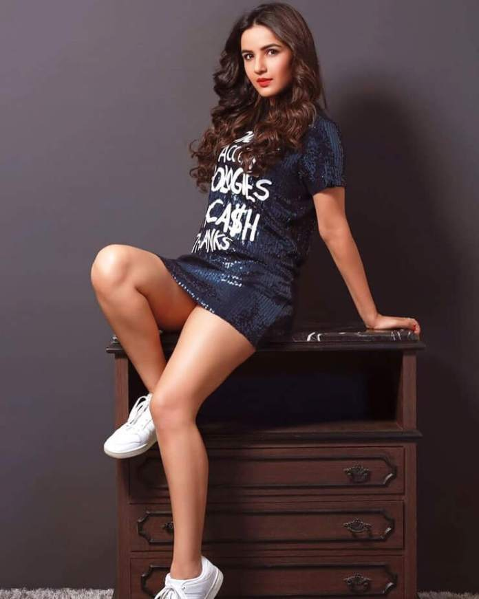 Jasmin Bhasin sexy thigh pics