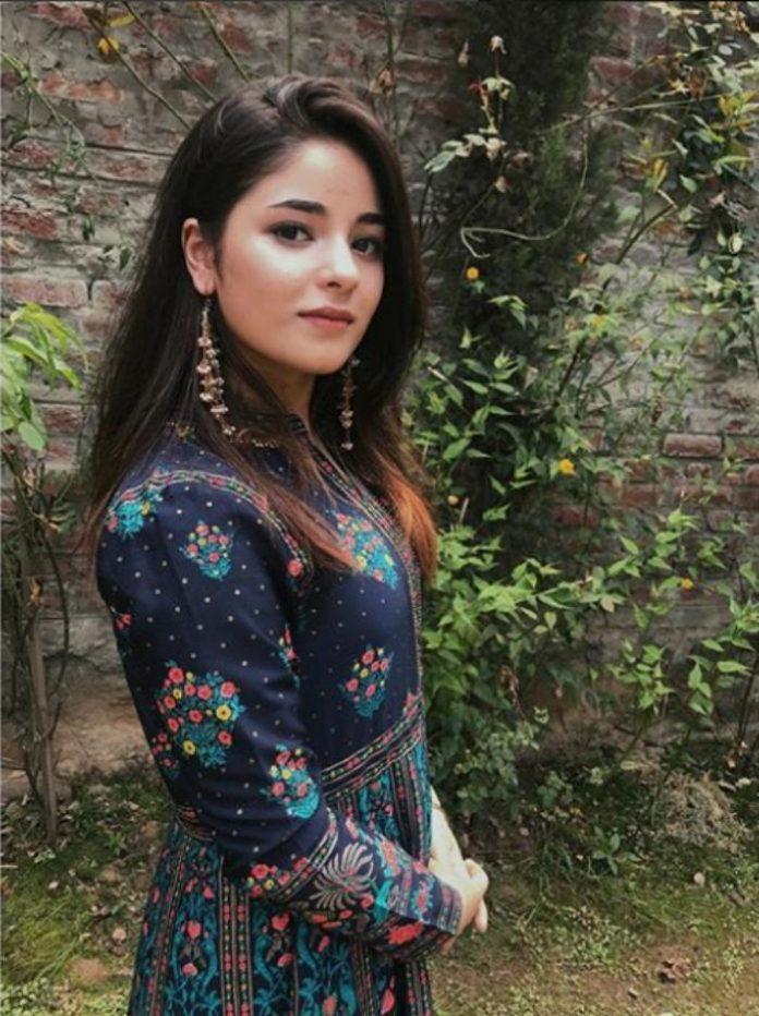 Zaira Wasim side boobs pics