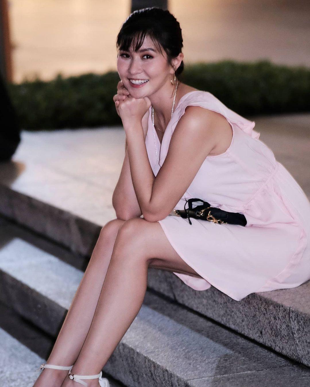 Elizabeth Tan sexy legs