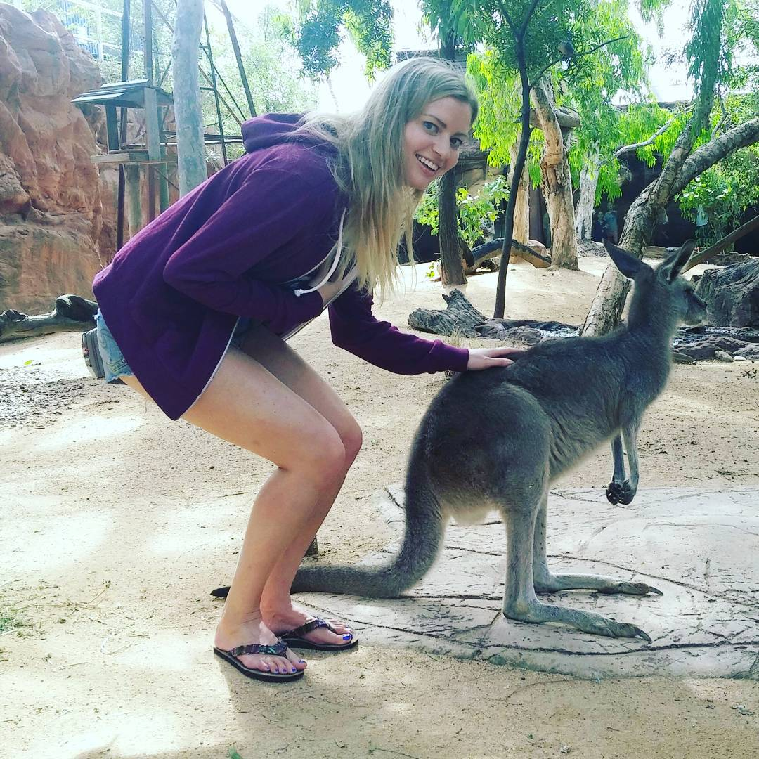Elyse Willems sexy legs