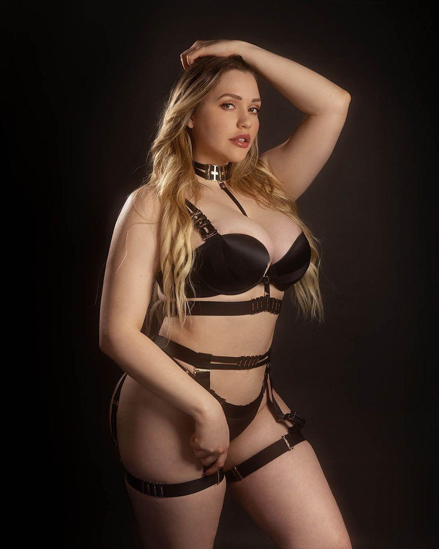 Mia Malkova hot pictures