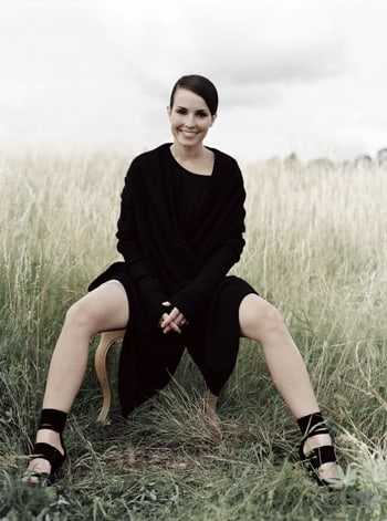 Noomi Rapace sexy legs