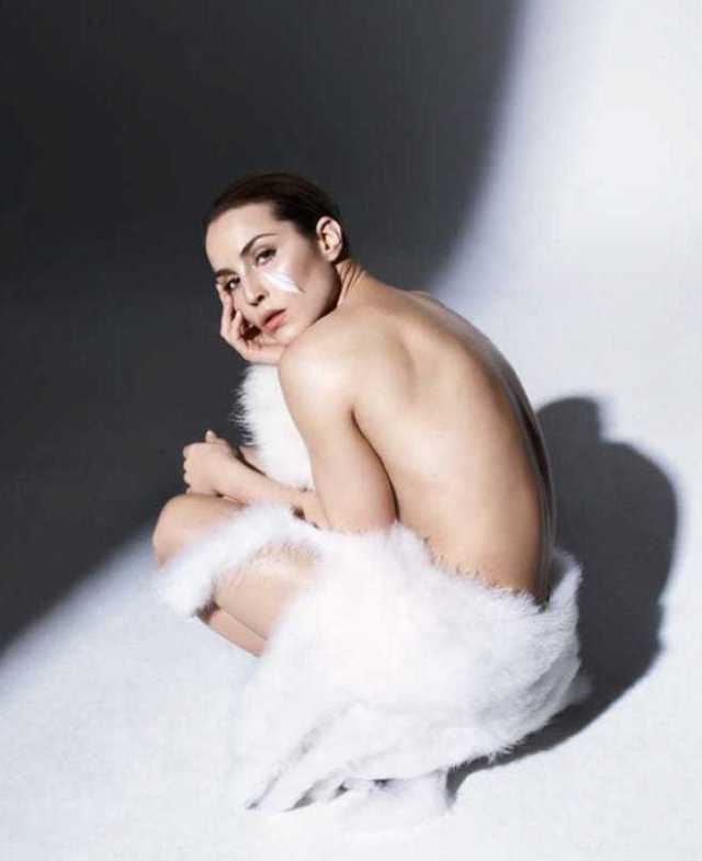 Noomi Rapace topless