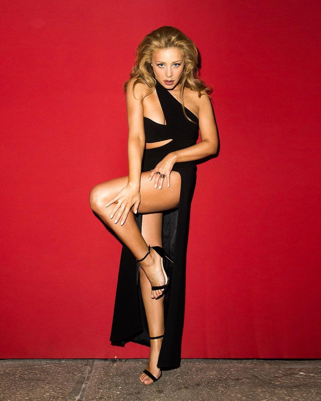 Tina Karol sexy legs