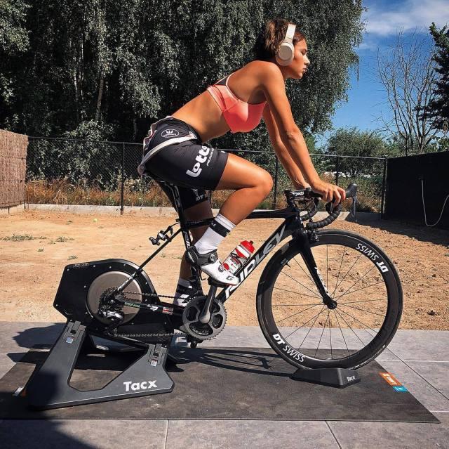 Hot puck moonen Stunning cyclist