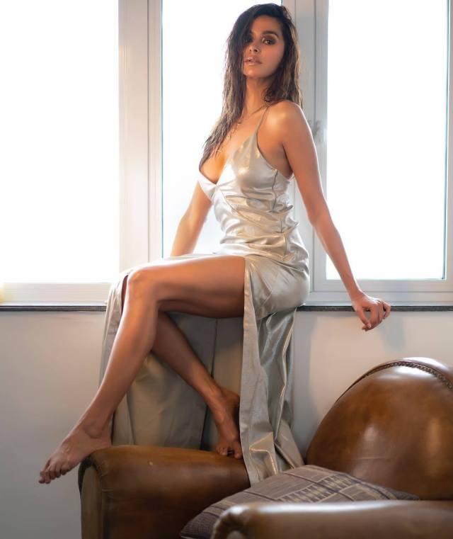 Shibani Dandekar sexy looks