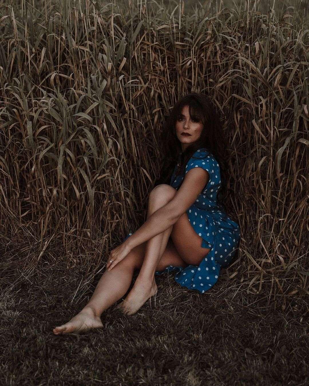 elysia rotaru bare feet